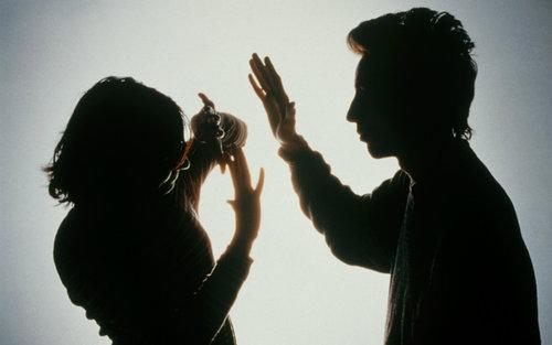 女子拍视频取证过程中遭丈夫拳打脚踢 家暴者已刑拘