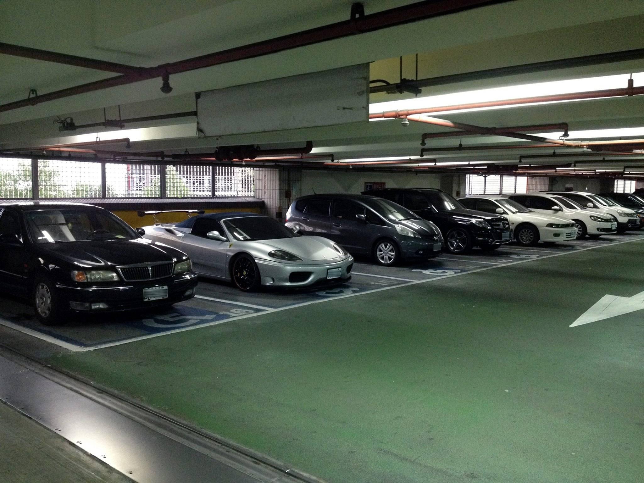 法律咨询:免费停车场对停放车辆有安全保障义务吗?