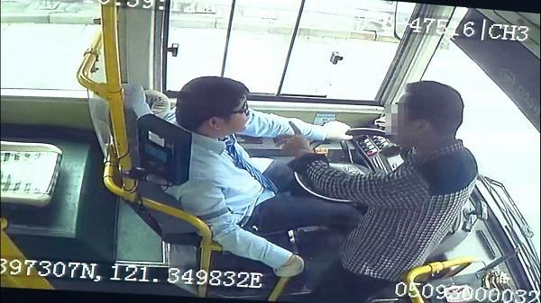 酒后抢夺公交车方向盘有什么后果?海南一男子被判3年