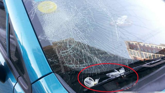 律师咨询:车前挡风玻璃被不明物砸坏如何索赔?
