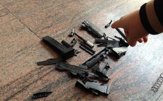 那玩具枪抢劫会成功吗?男子持玩具枪抢劫保时捷被拘