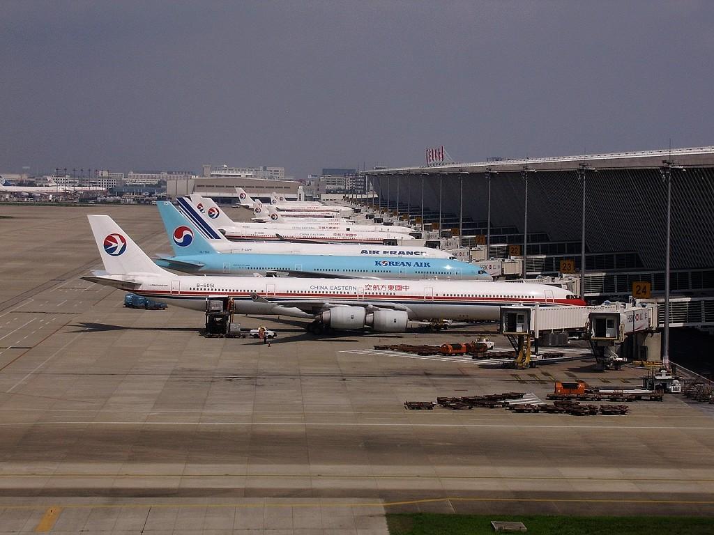 """浦东机场惊现救护车变""""货车"""" 法律咨询:违法行为"""
