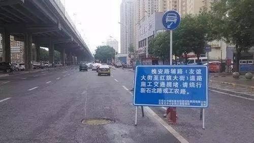 因施工堵塞道路违法吗?男子早高峰主干道违规施工被拘