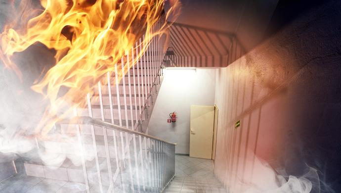 重庆一住宅楼发生火灾 火从二楼一直窜到30层